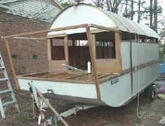 From the Minimalist Boater Website: Banjeau is a mini-houseboat I designed and built to use as a camper on the trailer and houseboat on the water. She was inspired by the boxy designs of… Boat Building Plans, Boat Plans, Building A House, Camper Boat, Shanty Boat, Floating Hotel, Expedition Truck, Boat Stuff, Boater