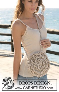 """Crochet DROPS bag in """"Bomull-Lin"""" with flounces in """"Cotton Viscose"""". ~ DROPS Design"""