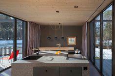 Este pequeno sobrado é um projeto dos arquitetos do escritório Arnhard & Eck. A casa não possui apenas estrutura de madeira, mas a marcenaria também tem pa