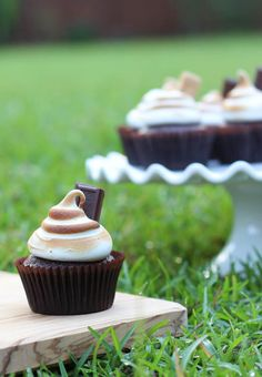 S'mores Cupcakes ~ Chocolate cake, graham cracker crust and toasted meringue frosting that tastes like toasted marshmallow!