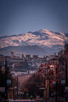 Granada, con Sierra Nevada al fondo. España.