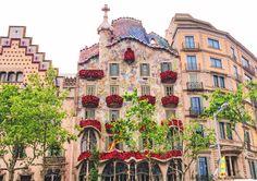 ¡Sant Jordi ya está aquí!  ¿Ya tenéis listo vuestro libro o rosa? Mirad que bonita está la Casa Batlló