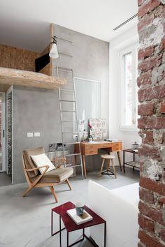 SOGGIORNO E SOPPALCO : Case in stile industriale di Cristina Meschi Architetto