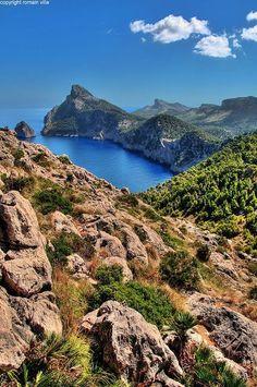 Cabo de Formentor, #Mallorca. Badebucht, die von Felsen aus erreichbar ist. Kleine Wanderwege führen ans Wasser.