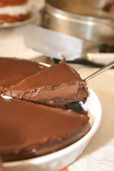 Eνα πολύ νόστιμο και αμαρτωλό cheesecake που δε χρειάζεται ψήσιμο, μόνο ακόρεστη κατανάλωση και άδειο στομάχι! Θα χρειαστούμε: Για τη βάση 1.5 πακέτο πτι-μπερ με γεύση σοκολάτα 150 γρ. περίπου βούτυρο 1 κουταλιά της σούπας νουτέλα Για την κρέμα στη μέση 450 Nutella Mousse, Nutella Cheesecake, Easy Chocolate Pie, Greek Desserts, Sweet Pie, Cake Cookies, Cupcakes, Sweet Tooth, Sweet Treats