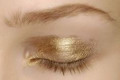 Image shared by Vogue Première. Find images and videos about makeup, make up and gold on We Heart It - the app to get lost in what you love. Makeup Inspo, Makeup Art, Makeup Inspiration, Beauty Makeup, Eye Makeup, Hair Makeup, Hair Beauty, Gold Makeup, Makeup Brushes
