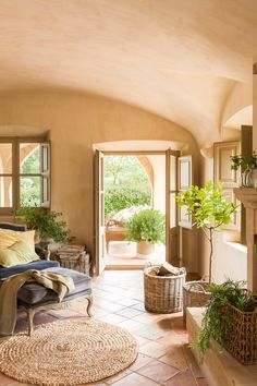 Rustic house with vaulted ceiling, exit to porch. Tufa floor, plants, baskets and blue armchair and fiber carpet 00433885 Spanish House, Spanish Style, Hall Deco, Design Case, Home Fashion, My Dream Home, Home And Living, Living Room, Future House