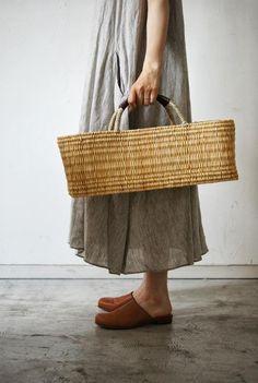 Trendy Handbags and Purses : Picture Description Gathering Basket Gray Linen warangwayan : ストローバッスケット(浅型) Ethno Style, Basket Bag, Rattan Basket, Sisal, Mode Inspiration, Basket Weaving, Fashion Bags, Straw Bag, Purses And Bags