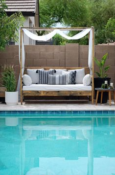 DIY Outdoor Daybed An easy DIY build for a perfect spot to lounge poolside. Ana White's plans are easy enough for even the newest builder to tackle. Daybed Canopy, Diy Daybed, Outdoor Daybed, Diy Outdoor Furniture, Modern Furniture, Furniture Design, Patio Bed, Diy Patio, Daybed Covers