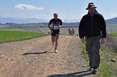 Un peregrino en medio de La V Media Maratón del Camino    Añadido por Esteiro el marzo 7, 2011