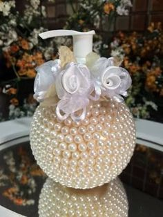 Resultado de imagen para como+decorar+cuia+de+chimarrao+com+perola Wine Bottle Crafts, Bottle Art, Bottles And Jars, Perfume Bottles, Pearl Crafts, Altered Bottles, Diy Art, Candle Jars, Diy Home Decor
