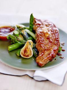 Tendron de veau laqué, sauce barbecue, oignons nouveaux et asperges vertes
