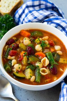 A bowl of Olive Garden Minestrone soup full of pasta, green beans, vegetables and broth. Olive Garden Minestrone Soup, Recipe Minestrone, Olive Garden Soups, Asia Ray, Diet Soup Recipes, Cooking Recipes, Crockpot Recipes, Cooking Tips, Healthy Dinner Recipes
