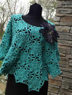 The Modern Poncho pattern by Cristina Mershon. Free crochet pattern!