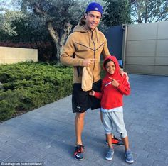 Ronaldo enjoys some downtime with his son prior to El Clasico clash Cristiano Ronaldo 7, Ronaldo Cristiano Cr7, Cr7 Vs Messi, Neymar, World Best Football Player, Football Players, Real Madrid, Rugby, Portugal National Football Team
