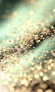 iPhone or Android Green Gold Glitter Bokeh background wallpaper selected by ModeMusthaves.com