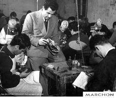 Você sabia que Salvatore Ferragamo foi o primeiro a produzir sapatos feitos à mão em grande escala? Seu jeito de produzí-los continua o mesmo : até hoje o couro é cortado à mão e cada peça passa cinco dias sendo moldada. Atualmente sua fábrica produz mais de 11 mil pares de sapatos por dia!