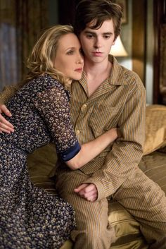 "Freddie Highmore as Norman Bates and Vera Farmiga as Norma Bates from the TV show ""Bates Motel. Norman Bates Motel, Bates Motel Tv Show, Bates Motel Cast, Bates Motel Season 4, Freddie Highmore Bates Motel, Bates Hotel, Norma Bates, Boy Best Friend, Vera Farmiga"