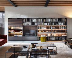 Flexibilidad y funcionalidad guían el proyecto 505, un sistema de lateral portante que se desarrolla en una serie de muebles componibles con un amplia modularidad, pensado en cuanto librería y sistema TV.