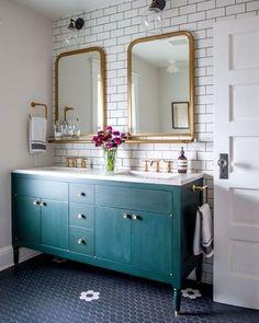 Nós não sabemos o que é mais lindo neste banheiro: o piso, o espelho com moldura em dourado, o armário vintage... De qual detalhe vocês mais gostaram?📷: Pinterest#revistacasaclaudia #decor #decoration #decoração #home #house #casa #homedecor