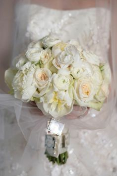 White O'hara roses, peonies and ranunculus flower bridal bouquet by Bloomin Buckets | Photography: Susan Jackson Photography | Wedding Planner: Cosmopolitan Events