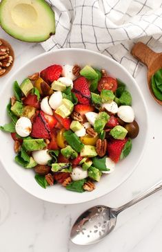 You'll LOVE this authentic Caprese salad recipe! With fresh mozzarella, juicy tomatoes & fresh basil, it's a Caprese salad that's easy to make. Ensalada Caprese, Caprese Salat, Caprese Salad Recipe, Basil Recipes, Avocado Recipes, Salad Recipes, Jackfruit Sandwich, Avocado Salat, Summer Side Dishes