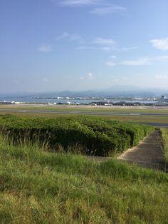 「花文字山」頂上から見た長崎空港全景です。ここで は、お茶のサービスもありました。