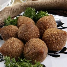 Receta de Kibbe, kibe o kibbeh. Middle East Food, Middle Eastern Recipes, My Favorite Food, Favorite Recipes, Arabian Food, Snack Recipes, Cooking Recipes, Colombian Food, Lebanese Recipes