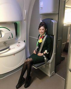 忍不住多吸了兩口新飛機的味道 第一次在沒有給力味的給力打給力 全新的oven熱餐 真是叫人不忍心 起飛真的好安靜喔 組員的窗戶也很大 以後可以用大窗戶看到底停在哪個gate了! British Airways Cabin Crew, Airline Uniforms, Dating Girls, Monochrome Fashion, Sexy Boots, Sexy Stockings, Flight Attendant, Beautiful Asian Women, Sexy Asian Girls