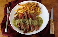 Parce qu'une bonne viande ça se respecte, voici le secret de cuisine de la fameuse sauce de l'entrecôte servi sur un plateau !