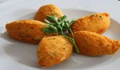 Try our Spanish potato croquettes recipe for classic and creamy potato croquettes, perfect for any meal of the day! Easy to make and delicious. Creamy potato croquettes are easy to make and a delicious snack any time of day. Croquettes Recipe, Potato Croquettes, Turkey Croquettes, Spanish Tapas, Spanish Food, Spanish Recipes, Spanish Meals, Spanish Potatoes, Gastronomia