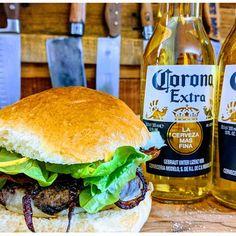 Der BIER BURGER mit BIER in einem BURGER. Neues Video auf meinem Kanal #corona #omnomnom #foodporn #beerburger #cheeseburger #hamburger Cheese Burger, Hamburger, Food Porn, Ethnic Recipes, Instagram, Corona, Beer, Hamburgers, Loose Meat Sandwiches