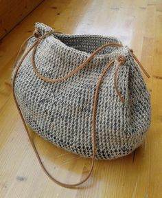 crochet bag, beautiful bag. No pattern, but must be rather easy to figure out.