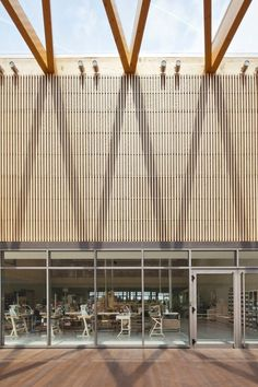 South of Ferrara, on the fertile plain of the Po River, amidst orchards, stands the new Berluti manufacture and its school of luxury shoemaking. Wooden Architecture, Innovative Architecture, Architecture Details, Building Architecture, Wood Facade, Library Inspiration, Timber Structure, Building Exterior, Pergola Plans