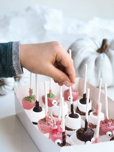 Vaahtokarkki Pops - Marshmallow Pops Homemade Candies, Homemade Gifts, Halloween Baking, Most Delicious Recipe, Marshmallow Pops, Yummy Food, Candy, Desserts, Recipes