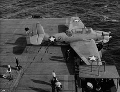 Avenger landing on Auxiliary Carrier USS Card bounced over the arresting cables, crashed the barrier, and stopped in an anti-aircraft gun tub, 9 Dec 1942 off San Diego, CA (US Navy photo) Us Navy Aircraft, Ww2 Aircraft, Aircraft Carrier, Military Aircraft, Fighter Pilot, Fighter Jets, Aviation Accidents, Aircraft Propeller, Aviation World