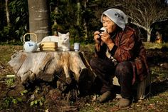 Miyoko Ihara (31 years old) has been taking photos of Misao (88 years old) and her cat Fukumaru for 8 years. She has taken so many photos of Misao and Fukumaru's life that even they have published a photobook.
