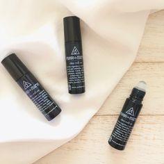 El roll on fuego de martes natural te ayudará en caso de dolor de cabeza y mareos, es una mezcla de aceites esenciales y aceites vegetales orgáncios que relajan, estimulan y refrescan.   En su envase de vidrio Roll-on, lo puedes cargar contigo siempre y te rescatará en momentos de calor, desesperación y estrés. Lipstick, Natural, Beauty, Motion Sickness, Essential Oil Blends, Vegetable Recipes, Fire, Lipsticks, Beauty Illustration