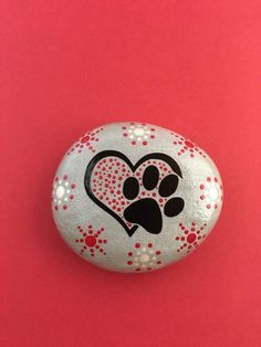 45 Inspirational DIY Painted Rock Ideas on A Budget - HomemainlyBeautiful & Unique Rock Painting Ideas , Let's Make Your Own Creativitypaw in heart rock Stone Art Painting, Pebble Painting, Dot Painting, Pebble Art, Painted Rock Animals, Painted Rocks Craft, Hand Painted Rocks, Painted Stones, Rock Painting Patterns
