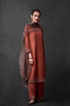 Good Earth brings you luxury design crafted by hand, inspired by nature and enchanted by history, celebrating India's rich history and culture through original, handcrafted products. Simple Pakistani Dresses, Pakistani Dress Design, Pakistani Outfits, Simple Dresses, Dress Indian Style, Indian Dresses, Indian Wedding Outfits, Indian Outfits, Indian Clothes