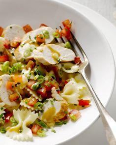 Een heerlijke pastasalade met farfalle, kip, tomaten, pijnboompitjes en een frisse dressing. Lekker bij een picknick of als meeneemlunch. Laat het smaken! Healthy Snacks, Healthy Eating, Healthy Recipes, Pasta Recipes, Salad Recipes, Clean Eating, Comfort Food, Dinner Is Served, Aesthetic Food