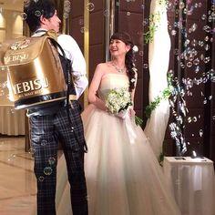 新郎が1人1人にビールサーブ☆ 結婚式2次会の面白アイデアまとめ。