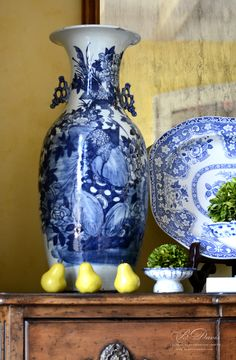 Blue and white chinoiserie temple jar partnered with English transfer ware! Blue And White China, Blue China, Love Blue, Blue Yellow, Delft, White Houses, White Decor, Color Azul, White Porcelain