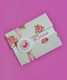 Convite de Aniversário com estampa floral em tons de rosa. <br>Medidas do convite fechado: 11x14 <br>Medidas do convite aberto: 20x14 <br>Papel Opaline. <br> <br>PARA OUTRAS CORES DE ENVELOPES E ESTAMPAS CONSULTE A DISPONIBILIDADE.
