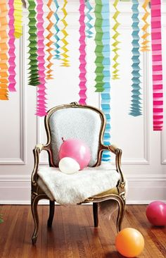 Creating a housewarming party with DIY decorations Ballon iDeen 🎈 Streamer Party Decorations, Crepe Paper Decorations, Crepe Paper Streamers, Birthday Decorations, Streamer Ideas, Balloon Ideas, Party Streamers, Decorating With Streamers, Hanging Decorations