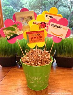 Fun ways to give gift cards to teachers. Easy and practical teacher appreciation gift ideas. 20 fun cute + fun ways to give gift cards for teacher appreciation week. Gift Card Tree, Gift Card Basket, Gift Card Bouquet, Gift Cards, Gift Baskets, Easy Teacher Gifts, Teacher Cards, Teacher Doors, Easy Gifts