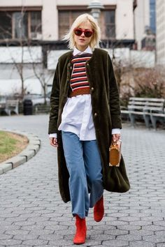 Street style cues: How to layer like a pro: If you're unsure when it comes to layering that white shirt, think colour coding and all will be well warm. Moda Streetwear, Streetwear Fashion, Layering Outfits, Simple Outfits, Street Style Looks, Street Style Women, Street Chic, Street Wear, Estilo Jeans
