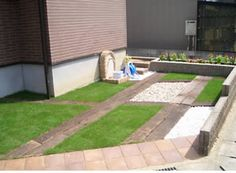 駐車場は3~4台分にして、カーポートは2台分。残り分は、庭としても使えるように芝+板にする。