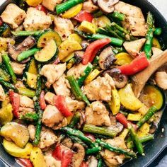 is such a delicious one pan meal filled with veggies and chicken and coated in a savory honey garlic sauce. Easy 30 minute meal that your family will love!