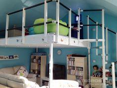 En este caso se ha aprovechado la parte inferior del altillo para colocar una pequeña zona de estudio y descanso colocando la cama y algún mueble en la parte superior.